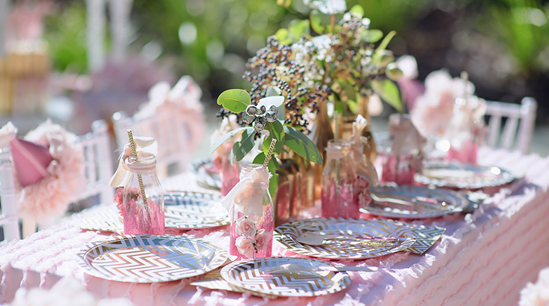 Table set for birthday party / Shutterstock