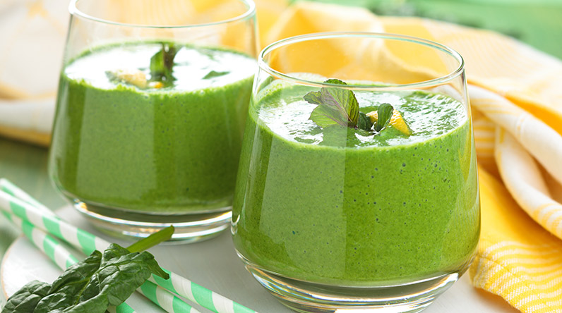 Mango and kale smoothie / Shutterstock