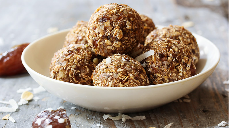 Date, almond and fig energy balls / Shutterstock