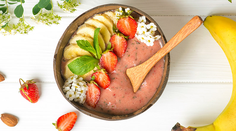 Strawberry and banana smoothie bowl / Shutterstock