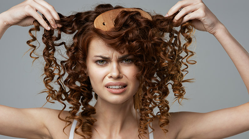 Woman with curly hair / Shutterstock
