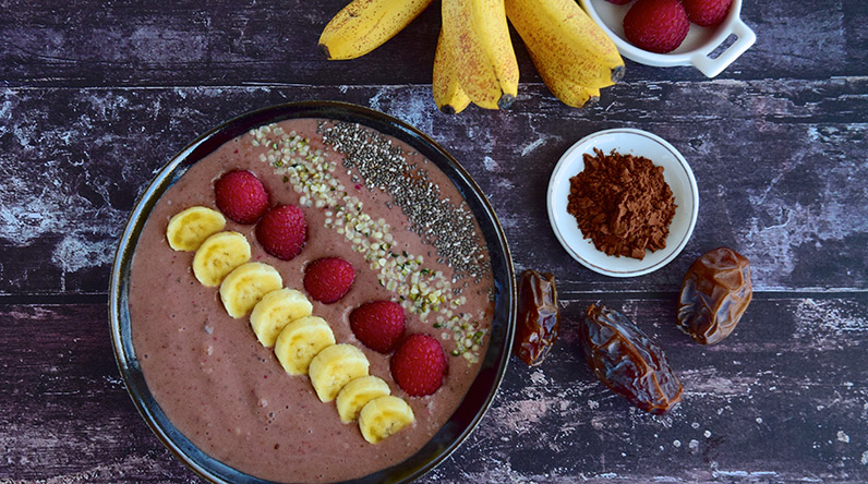 Date and banana smoothie bowl / Shutterstock